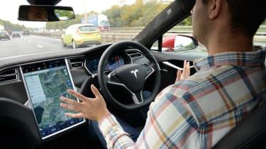 特斯拉自动驾驶仪自驾驾驶汽车技术在英国测试